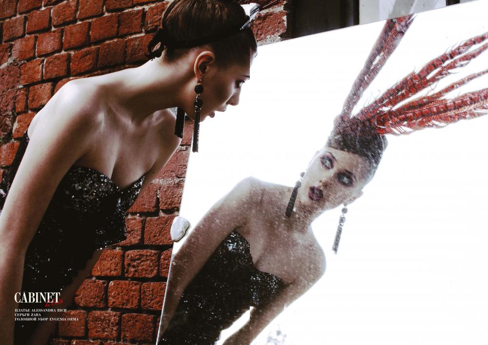 Платье Alessandra Rich, серьги Zara, головной убор Evgenia Ozma.