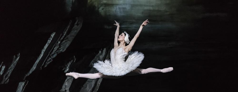 SWAN LAKE_The Royal Ballet_ROH. Odette_Odile; ariane la Nunez, Prince; Vadim Muntagirov, Queen Mother; Elizabeth McGorian, Rothbart; Bennet Gartside,