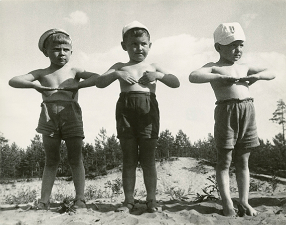 Михаил Грачев «Детсад. Зарядка» 1940-е. Собрание МАММ.