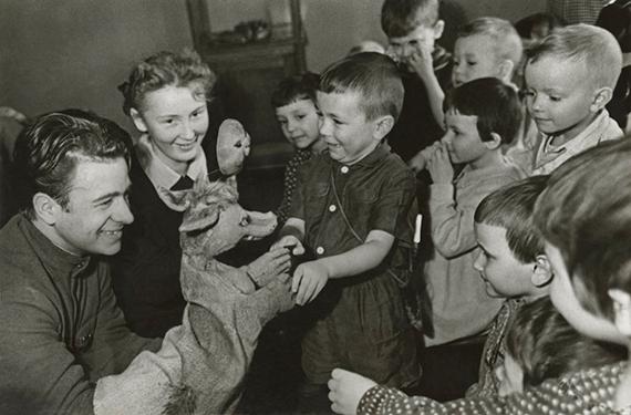 Михаил Грачев «Дети в кукольном театре» 1950-е. Собрание МАММ.