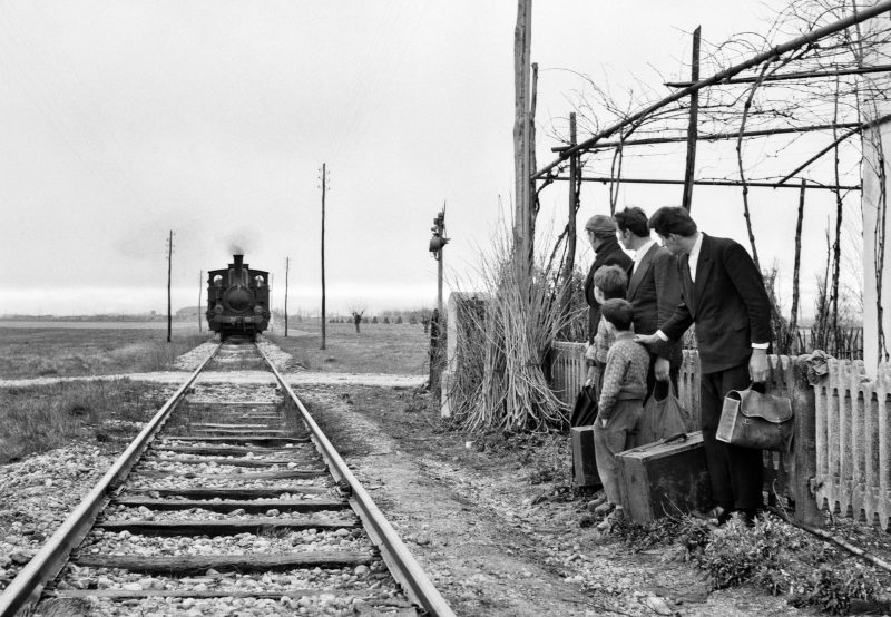 Элио Чиол Фотография со съемок фильма «Последние». Отъезд эмигрантов на рудники в Бельгии Фриули, 1962