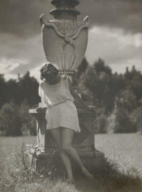 Сидящая девушка. 1928 Бромойль, авторский отпечаток МДФ КП-300/3