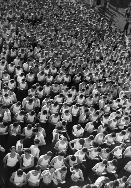 Джуро Янекович Члены «Сокола» ждут своей очереди за трибунами 1934 Из собрания Музея искусств и ремесел, Загреб, Хорватия